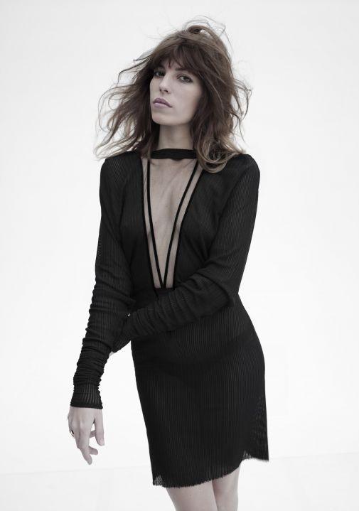 robes de mode robe noire decollete plongeant. Black Bedroom Furniture Sets. Home Design Ideas