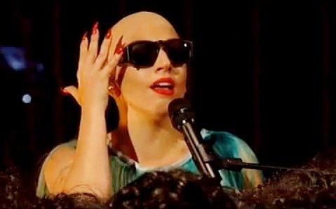 http://www.trenditude.fr/IMG/jpg/Lady-Gaga-chauve-chantant-sa-nouvelle-chanson-Hair.jpg