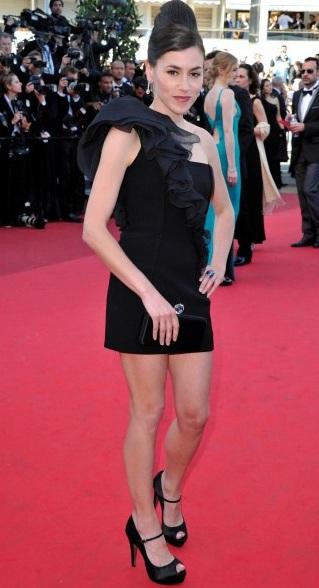 les tenues et styles d'Olivia Ruiz Olivia-Ruiz-en-robe-noire-organza-Paule-Ka-Black-Carpet-Festival-de-Cannes