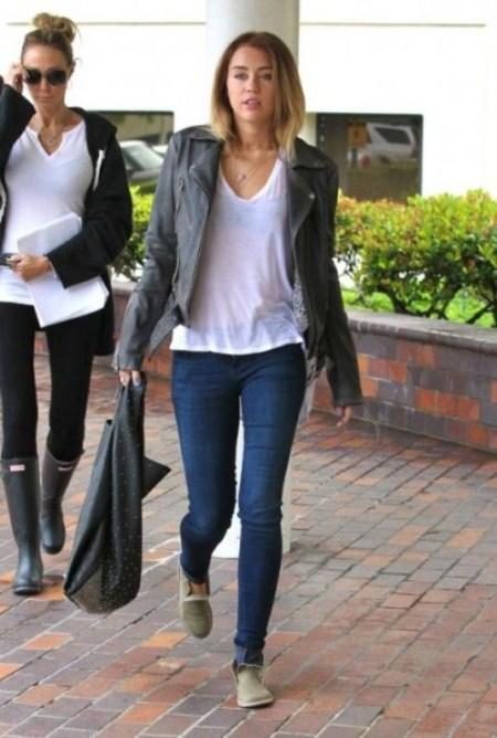 En jeans moulants elle roule son cul dans la rue - 1 part 8