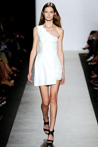http://www.trenditude.fr/IMG/jpg/robe-asymetrique-blanche-legere-collection-printemps-ete-2010-BCBG-par-Max-Azria.jpg