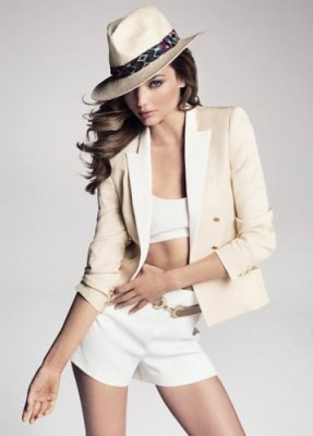 Miranda Kerr, en minishort et veste de la collection Printemps-Été 2013 de Mango
